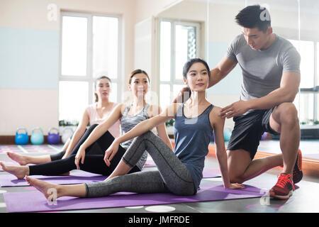 Las mujeres jóvenes entrenarse en el gimnasio Imagen De Stock