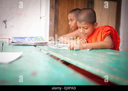 Los monjes budistas que estudian en la escuela del templo cerca de UNAWATUNA Imagen De Stock