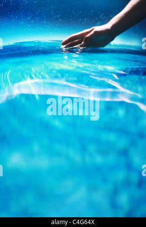 Mano en agua azul Imagen De Stock