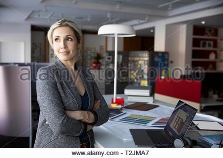 Hembra reflexiva interiorista trabaja en Design Studio Imagen De Stock