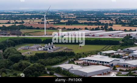 Vista aérea de grandes aerogeneradores dominando el paisaje en el ojo, Suffolk Inglaterra Imagen De Stock