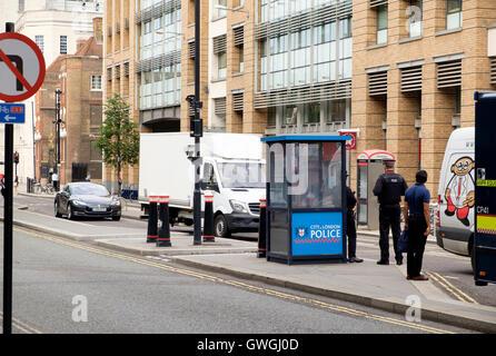 Una ciudad de Londres, la policía de seguridad checkpoint en Queen Victoria Street. Imagen De Stock