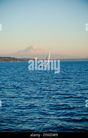 Mt. Rainier detrás de velero en Puget Sound Imagen De Stock