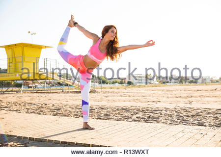 Una mujer practicando yoga Imagen De Stock