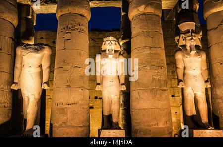 Estatuas en el exterior del Templo de Luxor, Luxor, Egipto Imagen De Stock