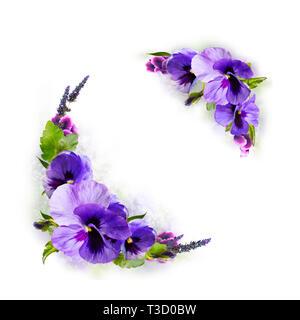 Bouquet de flores aisladas sobre fondo lila.adorno con flores y huevos para un brillante vacaciones de Semana Santa. Postcard, Vignette. Imagen De Stock