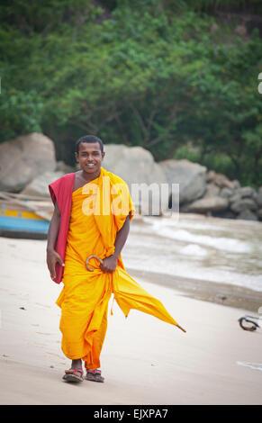 Monje budista CAMINANDO Unawatuna Beach Imagen De Stock