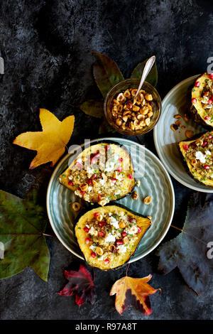 Quinoa rellenas Acorn Squash Imagen De Stock