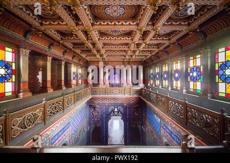 Vista interior de la escalera, en el castillo de Sammezzano abandonados en Florencia, Toscana, Italia. Imagen De Stock