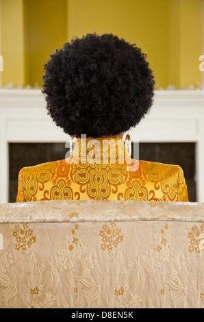 Vista trasera de una mujer con peinado natural Imagen De Stock