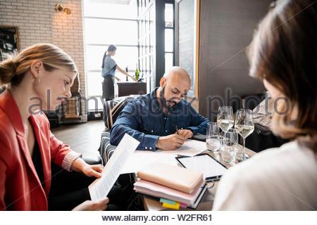 Gente de negocios trabajando en restaurante. Imagen De Stock