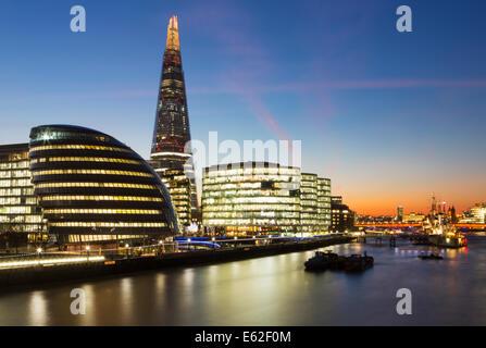 El Shard, el Ayuntamiento y los edificios en la orilla sur del río Támesis, al anochecer, Londres, Inglaterra Imagen De Stock