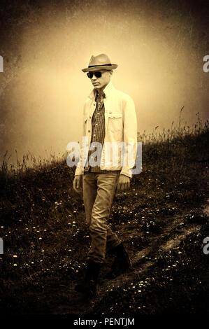 Joven hombre vestido con sombrero de caminar en la naturaleza Imagen De Stock