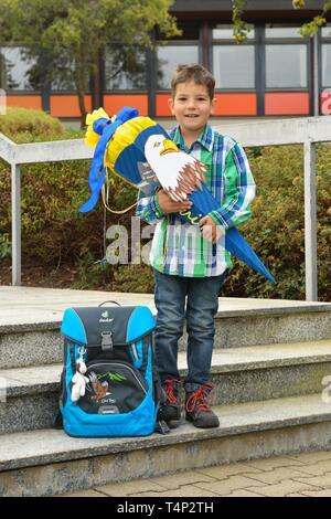 El muchacho, de 6 años, el primer día en la escuela con una bolsa de la escuela y la escuela cono, Alemania Imagen De Stock