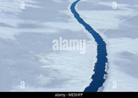 Vista elevada de una gran grieta en el hielo en la isla Snow Hill en el Mar de Weddel en la Península Antártica, en la Antártida Imagen De Stock