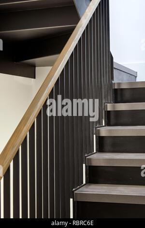 Las escaleras y la barandilla. 8 Bloomsbury, Londres, Reino Unido. Arquitecto: Buckley gris Yeoman, 2017. Imagen De Stock