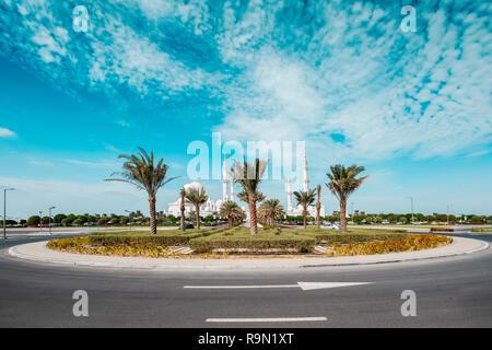 Amplio ángulo de foto de la mezquita de Sheikh Zayed desde la distancia. Imagen De Stock