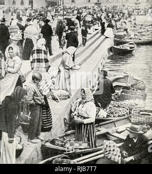 Los campesinos con sus barcos en el mercado, vender productos en el muelle de Viborg Viipuri (Provincia), Finlandia. Imagen De Stock