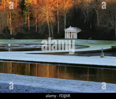 El Templo de la Piedad, visto a través de la Luna y de media luna estanques en Studley Royal Garden, North Imagen De Stock