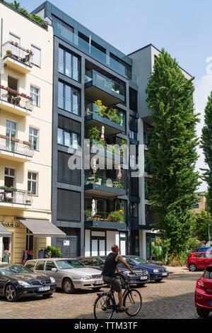 El exterior del moderno edificio de apartamentos de lujo en remozados distrito de Prenzlauer Berg en Berlín, Alemania Imagen De Stock