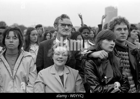 Festival Nacional de luz de septiembre de 1971 Londres fue un efímero movimiento de base formada por cristianos británicos preocupados por el aumento de la sociedad permisiva y los cambios sociales en la sociedad inglesa. Hyde Park, 1970 REINO UNIDO afronta en una multitud. HOMER SYKES Imagen De Stock