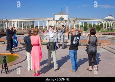 La fotografía de bodas, primeros presidentes Park, Almaty, Kazajstán Imagen De Stock