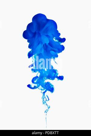 Tinta azul sobre fondo blanco. Imagen De Stock