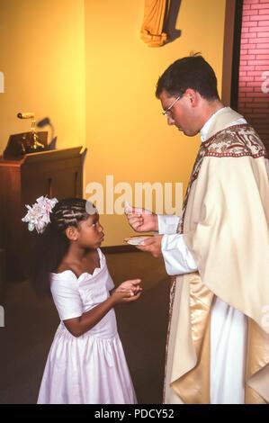 Niño recibe la Santa Comunión, el Sr. © Myrleen Pearson .....Ferguson Cate Imagen De Stock