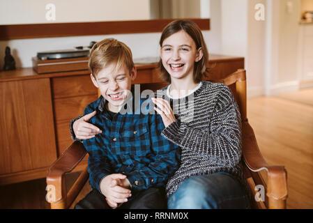 Retrato riendo el hermano y la hermana de interpolación Imagen De Stock