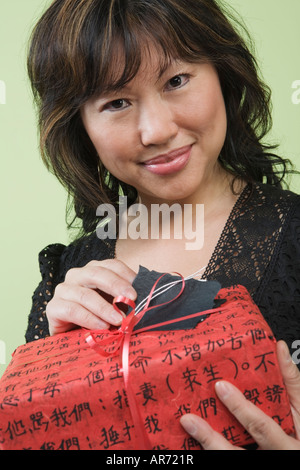Mujer ofreciendo regalo Imagen De Stock