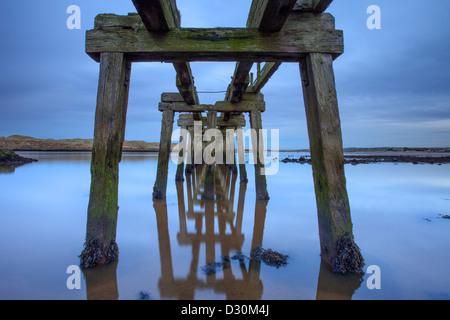 Muelle en desuso al anochecer, CastleRock, Londonderry. Imagen De Stock