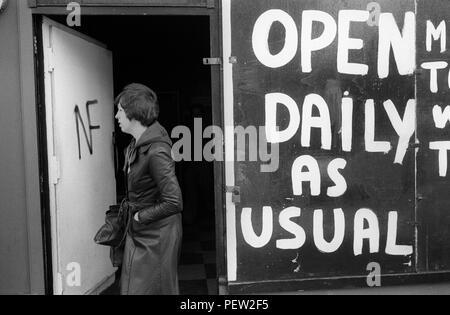 Hoxton East London. Subieron a una tienda, abierto diariamente como de costumbre. Subieron a causa de la violencia en la zona prevista. NF Frente Nacional pintadas en los comercios puerta delantera. 1970 Homero SYKES Imagen De Stock