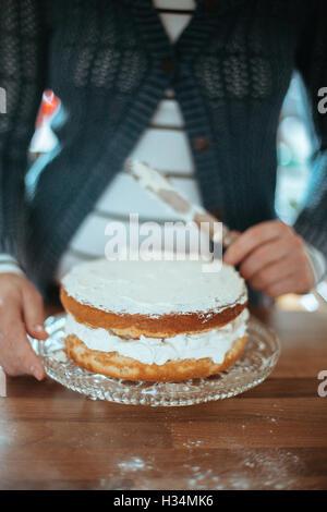 Mujer con un hermoso pastel cocido. Imagen De Stock