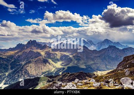 Amplio ángulo de foto de los Dolomitas, Italia, con vista al glaciar de la Marmolada Imagen De Stock