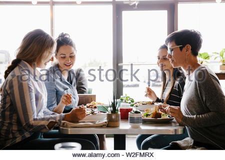 Las mujeres amigos cenando en el cafe Imagen De Stock