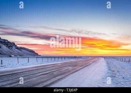 Amanecer en invierno en Islandia Hringvegur Imagen De Stock
