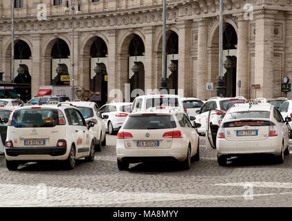 Mnny taxis estacionados en una parada de taxis en la Piazza della Republica, Roma Imagen De Stock