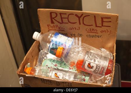 """Caja de reciclaje en una escuela en la que se dice """"Reciclar botellas y latas sólo' Imagen De Stock"""