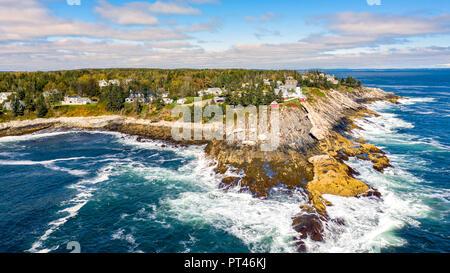 Vista aérea de Pemaquid Punto de Luz. La luz es un punto Pemaquid nos histórico faro situado en Bristol, en el condado de Lincoln, Maine Imagen De Stock