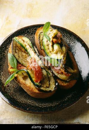 Verduras asadas en el pan Imagen De Stock
