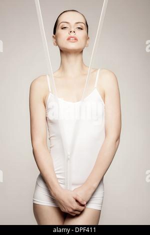 Mujer posando detrás de zipper Imagen De Stock