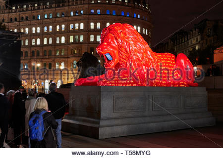 Vista lateral de la estatua por la noche con la proyección. Por favor, alimentar a los Leones - Festival de diseño de Londres 2018, Londres, Reino Unido. Arquitecto: Es Devlin, 2018. Imagen De Stock