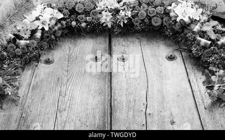Arreglo floral en madera antigua con copia espacio en blanco y negro impresionante Imagen De Stock