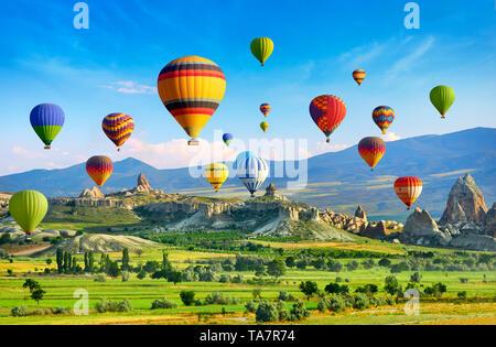 Capadocia - Vuelo en globo sobre el cielo, Turquía Imagen De Stock