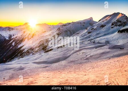Puesta de sol detrás de los Alpes austríacos. Imagen De Stock
