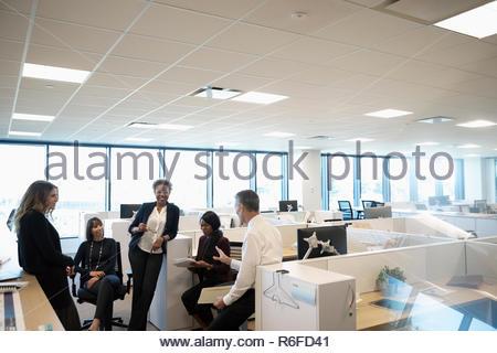 Personas hablando de negocios en la oficina reunidos Imagen De Stock
