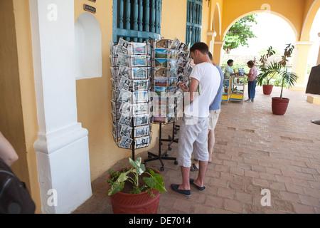 Turista en La Habana, Cuba se ve en una pantalla de postales para la venta. Imagen De Stock