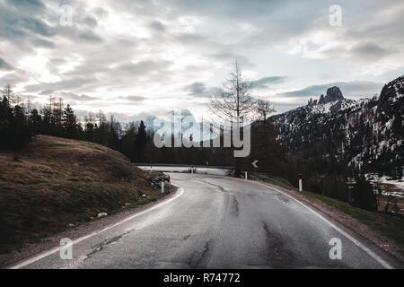 Carretera rural en las montañas cubiertas de nieve, Dolomitas, Italia Imagen De Stock