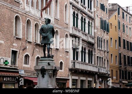 Estatua de Carlo Goldoni en la plaza Campo San Bortolomio, San Marco, Venecia Imagen De Stock