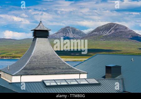La vista de la nueva destilería Ardnahoe en la isla de Islay en Inner Hebrides de Escocia, Reino Unido Imagen De Stock